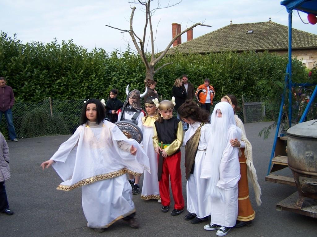 Les conscrits se déguisent à Mogneneins lors du défilé !