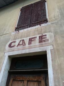 Entrée du café du village de Mogneneins