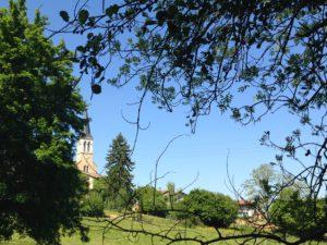 Eglise de Mogneneins : vue du centre du village