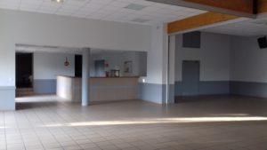 Salle des fêtes de Mogneneins : bar et accès à la cuisine